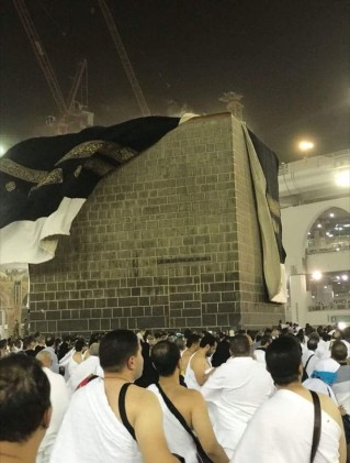 Strong winds blow the cover off the Kabah on the first night of Hajj