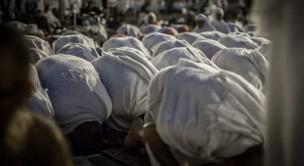 Pilgrims pray at Muzdalifah